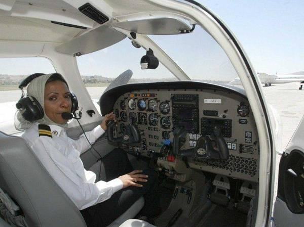 Hindi adalah wanita Saudi pertama yang menerima lisensi pilot