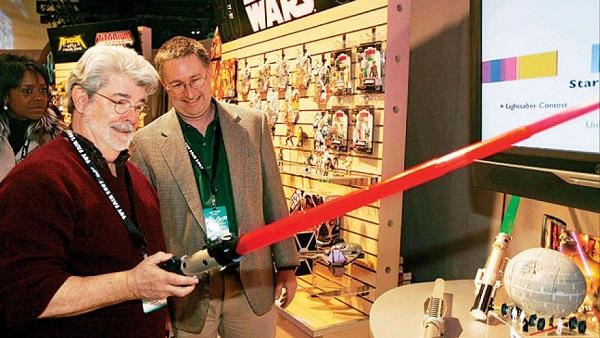 George Lucas Menginspeksi Light Saber